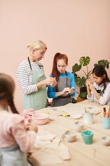 Groupe d'enfants en classe de poterie