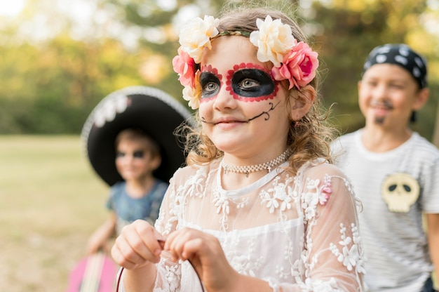 Groupe d'enfants costumés pour halloween