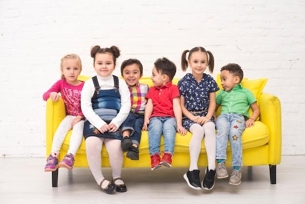 Groupe d'enfants dans un canapé
