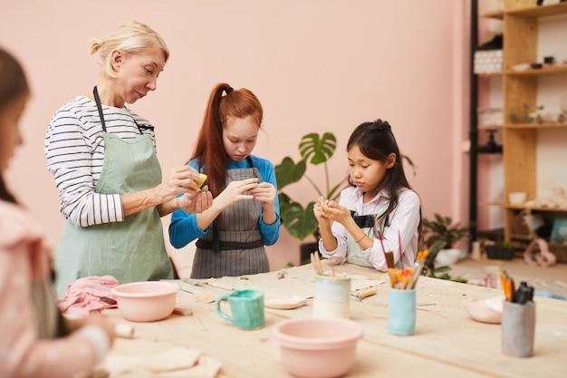 Groupe d'enfants dans la classe de poterie