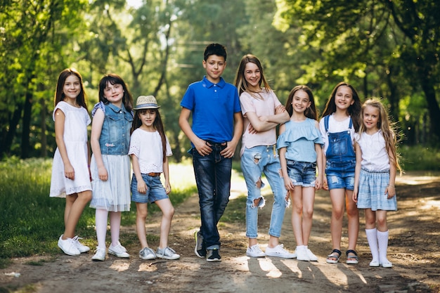 Groupe d'enfants dans le parc