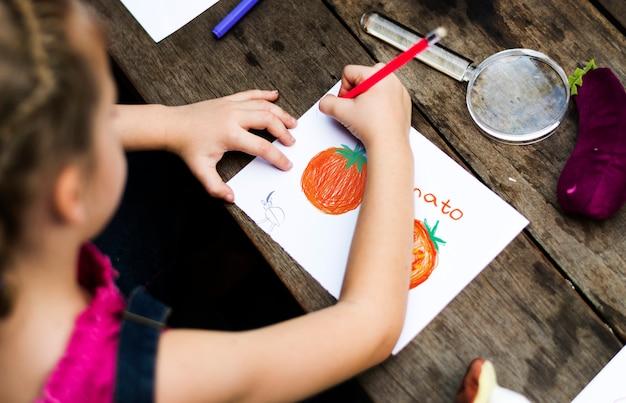 Groupe d'enfants dessinant l'imagination à l'extérieur