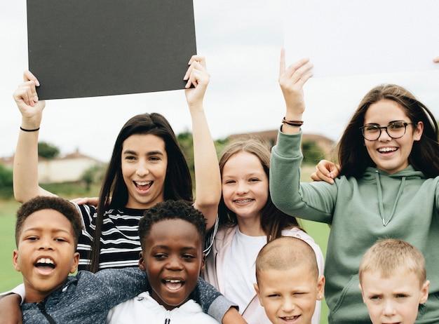 Groupe d'enfants divers soutenant un mouvement