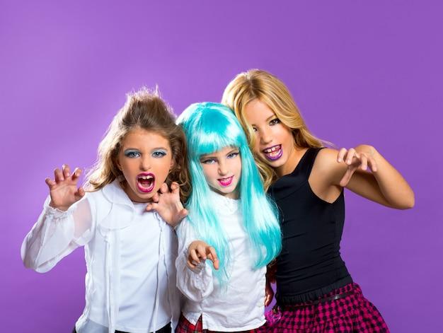 Groupe d'enfants de fashiondoll effrayer les filles sur violet