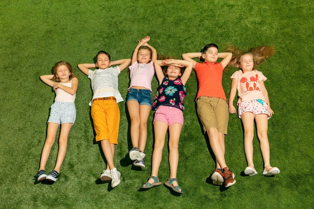 Groupe d'enfants heureux jouant à l'extérieur.