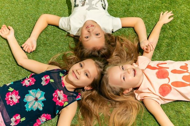 Groupe d'enfants heureux jouant à l'extérieur