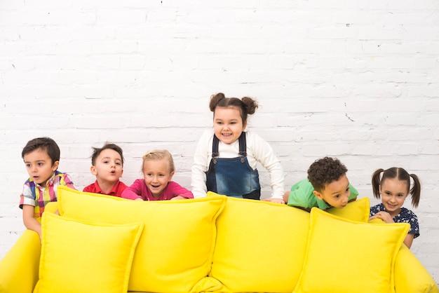 Groupe d'enfants jouant dans un canapé