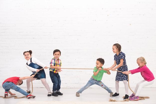 Groupe d'enfants jouant