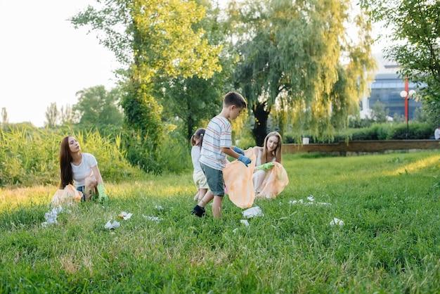 Un groupe d'enfants avec leurs parents est engagé dans la collecte des ordures.