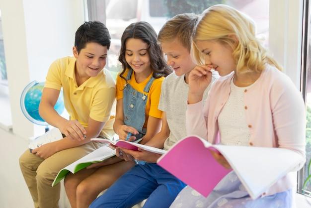 Groupe d'enfants lisant