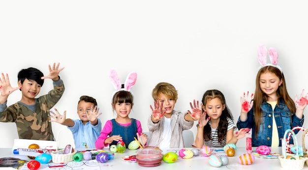 Groupe d'enfants mignons et adorables se préparent pour pâques