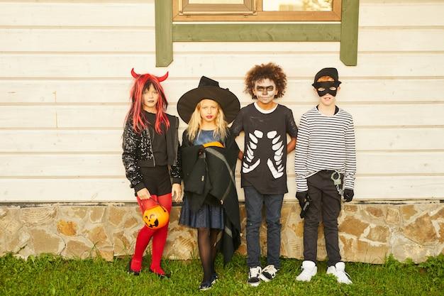 Groupe d'enfants portant des costumes d'halloween