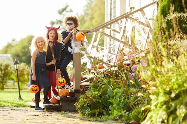 Groupe d'enfants posant pour halloween