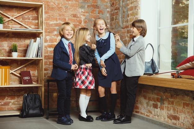 Groupe d'enfants qui passent du temps ensemble après l'école.