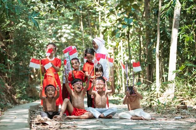 Groupe d'enfants tenant un drapeau