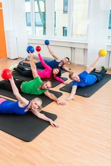 Groupe d'entraînement au gymnase pendant la physiothérapie