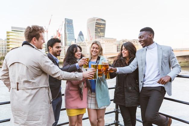Groupe d'entreprises buvant de la bière après le travail à londres