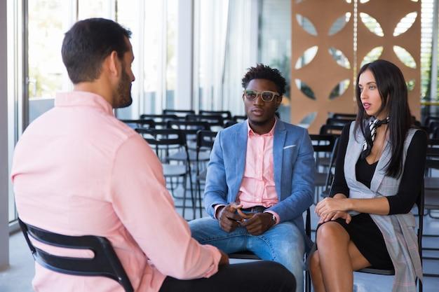 Un groupe d'entreprises créatives discute d'un projet en cours
