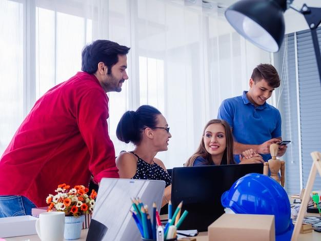 Groupe d'entreprises en discussion dans leur bureau