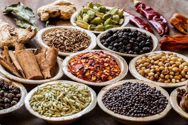 Groupe d'épices indiennes en gros plan de bols de noix de coco