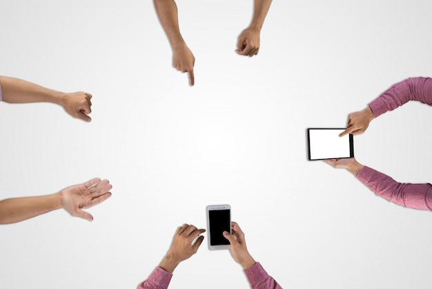 Groupe d'équipe d'affaires en train de planifier des réunions pour un nouveau projet isolé sur fond blanc.