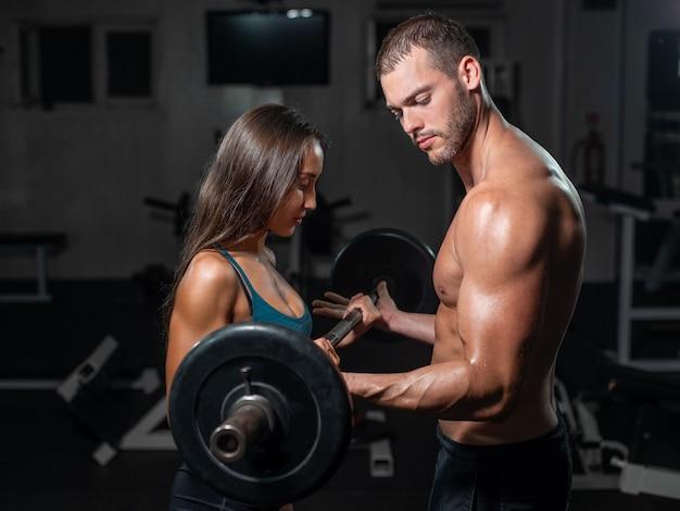Groupe avec équipement de musculation haltère sur gym sport.