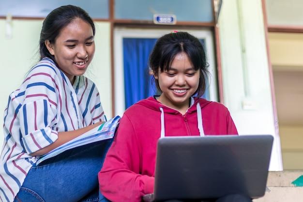 Groupe d'étudiantes asiatiques, jeunes étudiants à l'université travaillant dans les réseaux sociaux.