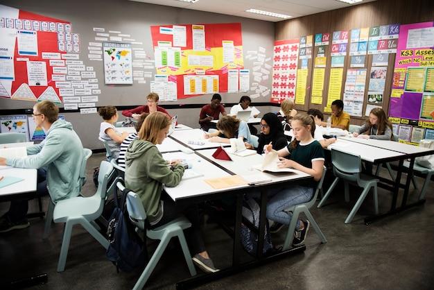 Groupe d'étudiants apprenant dans une salle de classe