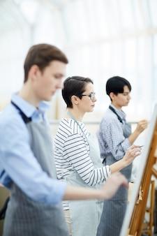 Groupe d'étudiants en art