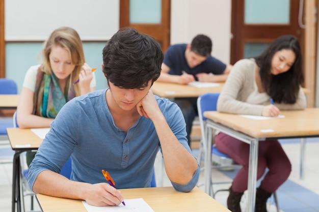 Groupe d'étudiants assis un examen