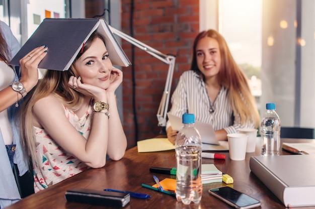 Groupe d'étudiants assis à table de travail en classe