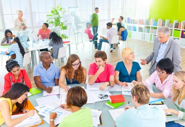 Groupe d'étudiants dans la salle de classe