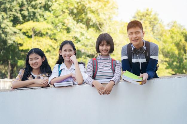 Groupe, étudiants, debout, ensemble, mur, passerelle