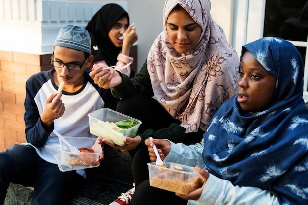 Un groupe d'étudiants divers déjeune ensemble