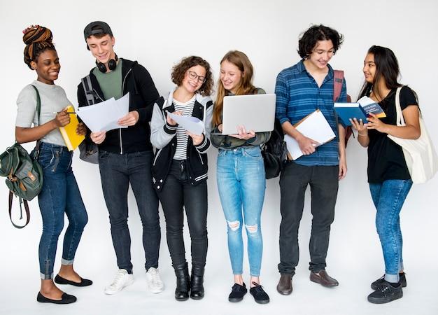 Groupe d'étudiants faisant des recherches