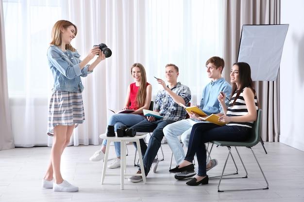 Groupe d'étudiants avec instructeur pendant les cours de photographie