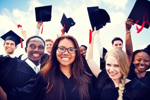 Groupe d'étudiants internationaux divers célébrant l'obtention du diplôme