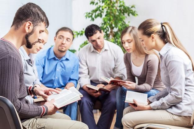 Groupe d'étudiants avec des livres sur fond