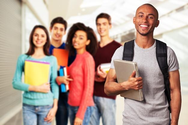 Groupe d'étudiants avec des livres isolés sur fond clair