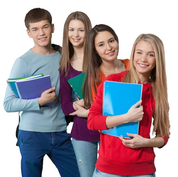 Groupe d'étudiants avec des livres isolés sur fond