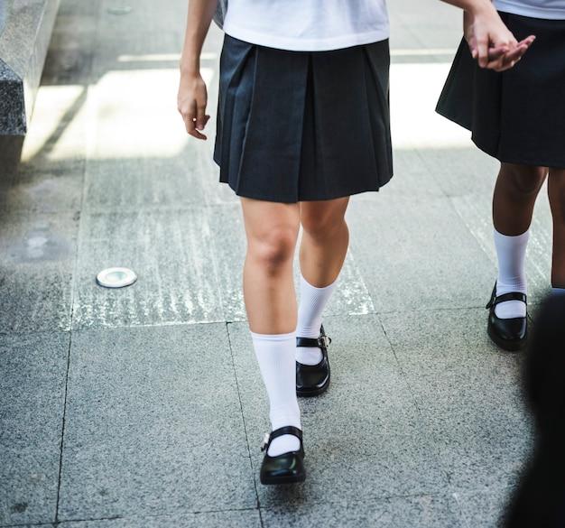 Groupe d'étudiants marchant à l'école