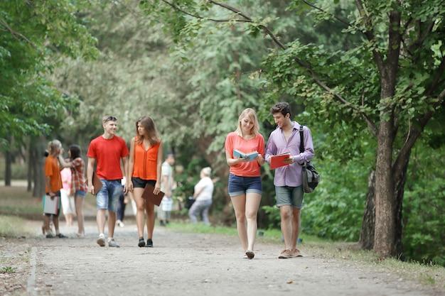 Groupe d'étudiants marchant ensemble dans le parc.
