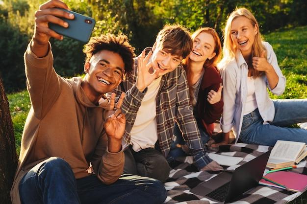 Groupe d'étudiants multiethniques positifs