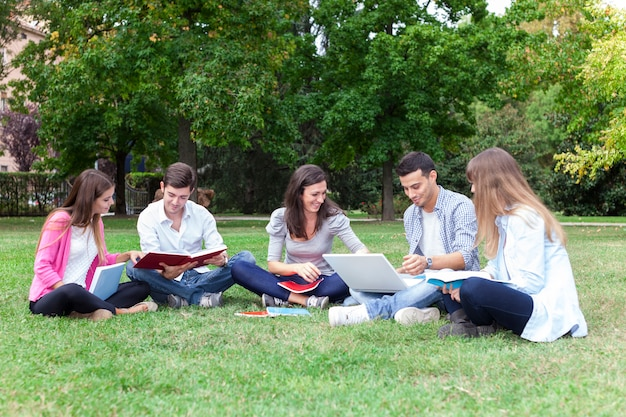 Groupe d'étudiants en plein air