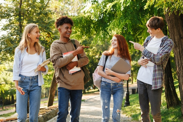 Groupe d'étudiants rieurs marchant sur le campus