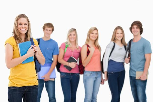 Un groupe d'étudiants se tenant debout devant une fille