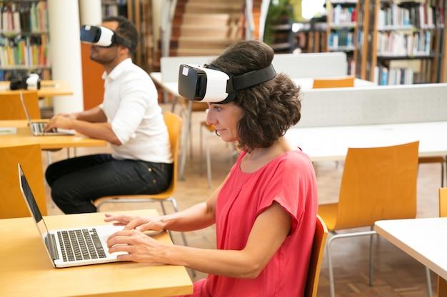 Groupe d'étudiants utilisant l'expérience de réalité virtuelle pour le travail