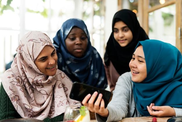 Groupe d'étudiants utilisant un téléphone mobile