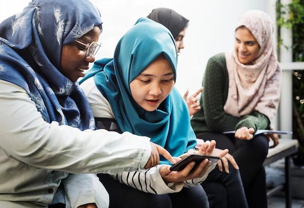 Groupe d'étudiants utilisant un téléphone portable