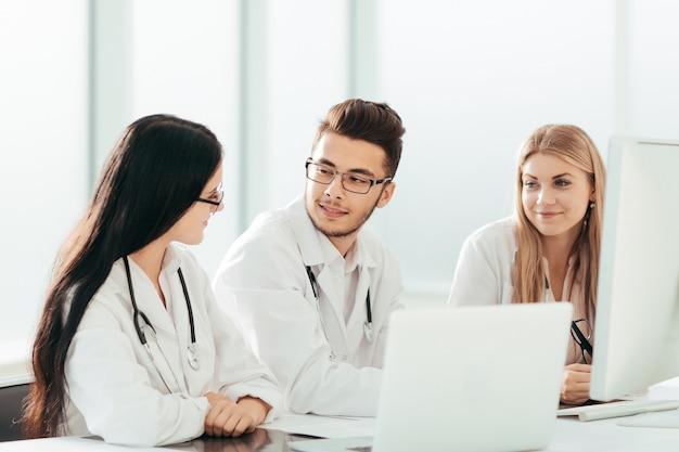 Groupe d'experts médicaux discutant d'informations en ligne. technologie et santé